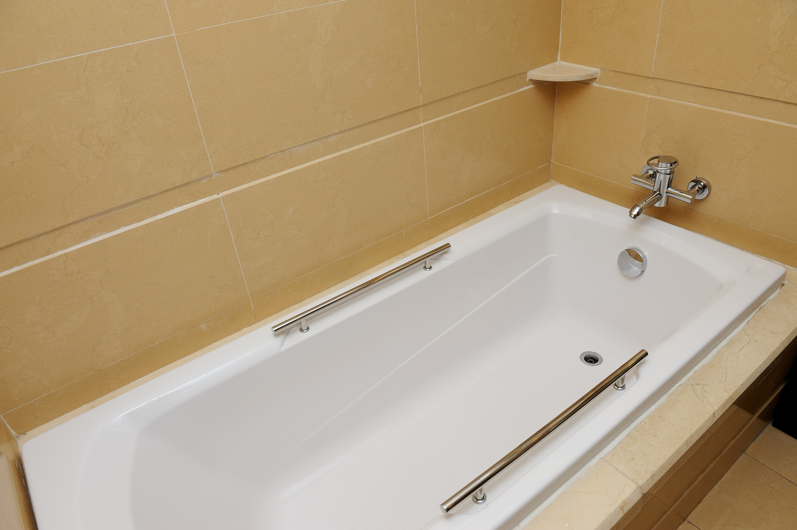 Choosing between tub liners or tub refinishing for Tub liner installation